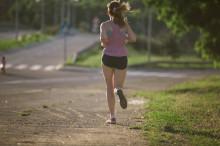 走る女性 スポーティ